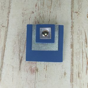 broche carrée en cuir bleu klein