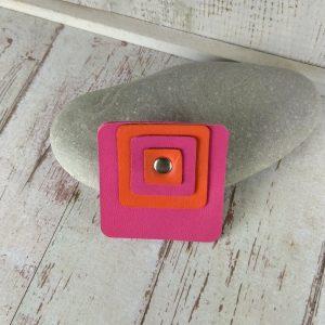 broche carrée en cuir fuchsia et orange