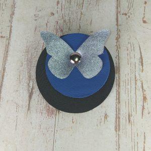 broche ronde papillon en cuir bleu klein et bleu métallisé