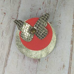 broche ronde papillon en cuir rouge et doré